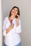 Femme d'affaires parlant sur le téléphone portable et rire photo libre de droits