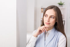 Femme d'affaires pensant à la stratégie réussie Images stock