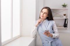 Femme d'affaires pensant à la stratégie réussie Photos libres de droits