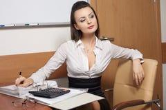 Femme d'affaires pensant à quelque chose se reposant Images libres de droits