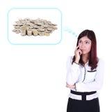 Femme d'affaires pensant aux piles des pièces de monnaie Photos libres de droits