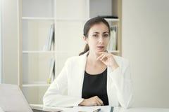 Femme d'affaires pensant pour le travail sur le bureau au bureau images libres de droits