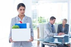 Femme d'affaires portant ses affaires dans la boîte photos stock