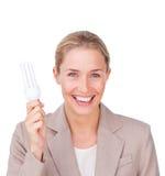 Femme d'affaires positive ayant l'ampoule d'énergie images stock