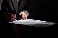 Femme d'affaires près de contrat Image libre de droits