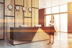 Femme d'affaires près de réception en bois image libre de droits