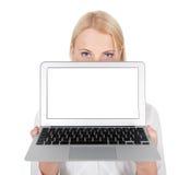 Femme d'affaires présent l'ordinateur portatif Image libre de droits
