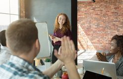 Femme d'affaires présent la stratégie corporate se dirigeant sur le tableau de conférence photo libre de droits