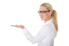 Femme d'affaires présent quelque chose Photos stock