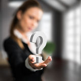 Femme d'affaires présent un questionmark Photo stock