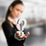 Femme d'affaires présent un questionmark comme symbole pour un souci images libres de droits