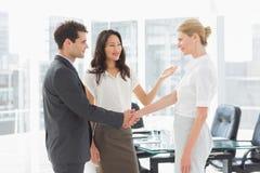 Femme d'affaires présentant des collègues image stock