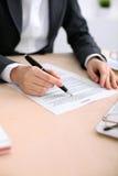 Femme d'affaires prête à signer un contrat Photos libres de droits