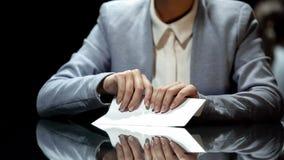 Femme d'affaires prenant l'enveloppe avec l'argent, la corruption et la fraude fiscale, fin  image libre de droits