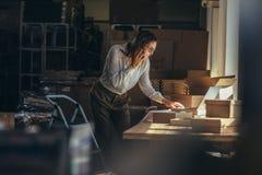 Femme d'affaires prenant l'ordre au-dessus du téléphone photographie stock