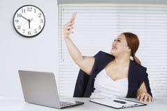 Femme d'affaires prenant la photo de selfie au bureau Photos libres de droits