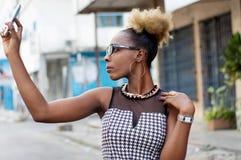 Femme d'affaires prenant le selfie par le téléphone intelligent Images libres de droits