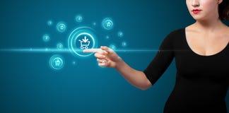 Femme d'affaires pressant la promotion virtuelle et facilement transportable de l'IC photographie stock libre de droits