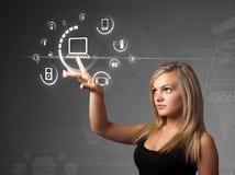 Femme d'affaires pressant le type de supports virtuel des boutons images libres de droits