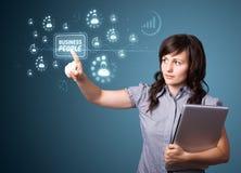 Femme d'affaires pressant le type moderne d'affaires de boutons Photo stock