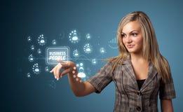 Femme d'affaires pressant le type moderne d'affaires de boutons photographie stock libre de droits