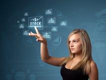 Femme d'affaires pressant le type moderne d'affaires de boutons photo libre de droits