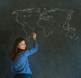 Femme d'affaires, professeur ou étudiant avec la carte de géographie du monde sur le fond de craie Photos libres de droits
