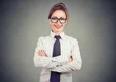 Femme d'affaires professionnelle élégante dans l'équipement formel souriant et regardant l'appareil-photo Photographie stock libre de droits