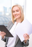 Femme d'affaires professionnelle étant occupée au travail Images libres de droits