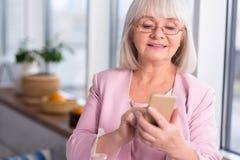 Femme d'affaires professionnelle regardant par ses contacts photo stock