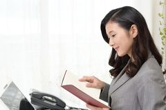 Femme d'affaires qui vérifie le programme Photographie stock libre de droits