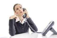 Femme d'affaires réfléchie à un téléphone Images stock