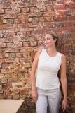 Femme d'affaires réfléchie contre le mur de briques photo libre de droits