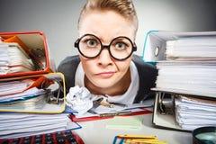 Femme d'affaires réfléchie folle de comptable Image stock