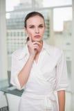 Femme d'affaires réfléchie regardant l'appareil-photo Photo stock