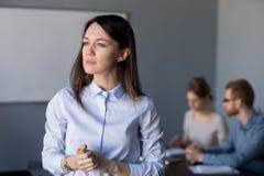 Femme d'affaires réfléchie regardant loin pensante aux défis, Bu photo stock