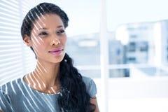 Femme d'affaires réfléchie se tenant dans le bureau Photos libres de droits