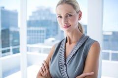 Femme d'affaires réfléchie se tenant dans le bureau Photographie stock