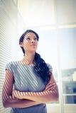 Femme d'affaires réfléchie se tenant dans le bureau Image stock