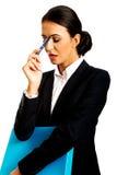 Femme d'affaires réfléchie tenant un stylo photos stock