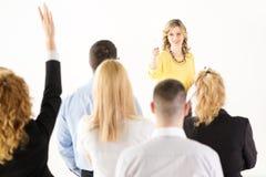 Femme d'affaires répondant aux questions Photographie stock libre de droits