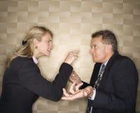Femme d'affaires réprimandant l'homme d'affaires Photos libres de droits