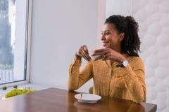 Femme d'affaires réussie élégante appréciant sa pause-café dans le cafétéria photos stock