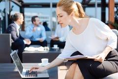 Femme d'affaires réussie attirante appuyant sur un bouton Image libre de droits