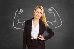 Femme d'affaires réussie avec de faux muscles photographie stock libre de droits