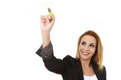 Femme d'affaires réussie blonde attirante tenant l'écriture de marqueur sur le conseil transparent Photographie stock