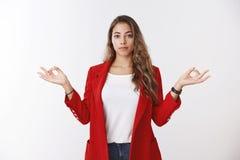 Femme d'affaires réussie moderne calme sûre gardant des sentiments sous le contrôle, montrant la position de geste de mudra de po photographie stock libre de droits