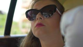 Femme d'affaires réussie pleine d'assurance voyageant en voiture, appréciant la liberté banque de vidéos