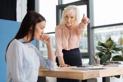 Femme d'affaires réussie stricte se dirigeant à la porte Image libre de droits