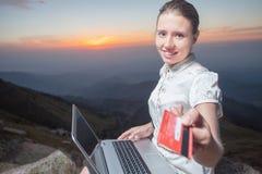 Femme d'affaires réussie sur la montagne, utilisant un ordinateur portable Images libres de droits